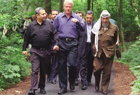 From left, Ehud Barak, Bill Clinton and Yasser Arafat at Camp David.