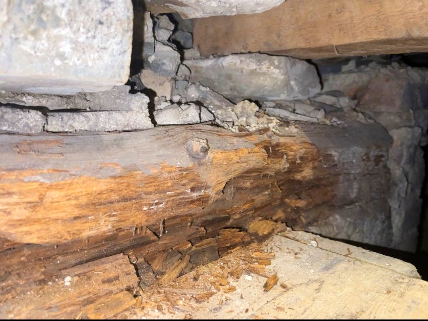 A tree trunk runs through it.  This photo shows a portion of a full tree inserted in the basement wall as the house's main support.