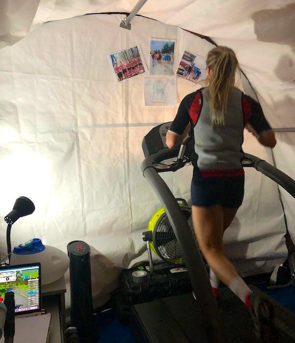 Kamylle Frenette se muestra entrenando en una carpa con calefacción en el Canadian Sport Center Atlantic.  La carpa ayudó a Frenette a prepararse para las condiciones cálidas y húmedas esperadas en los Juegos Olímpicos de Tokio.  - Contribuido