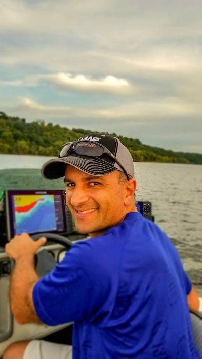 Ray er produktekspert for Navigos biofaseteknologi, og jobber med vannbiolog og Dr. Hatcher gjennom gjerdeopplæring.  Begrenset