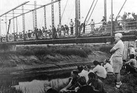 Close to 200 tourists — most of whom were American — gathered to watch the tidal bore come in at the Mantua bridge in 1986. Seeing the variance in the river's level was reported to be fascinating for visitors.