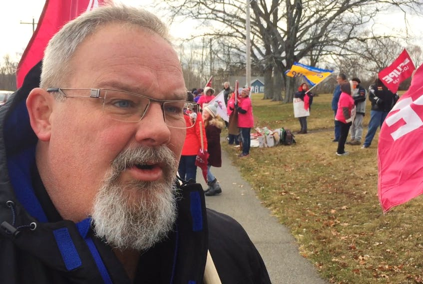 Peter Baxter, CUPE National Representative, at the information picket outside the Valley View River long-term care facility.
