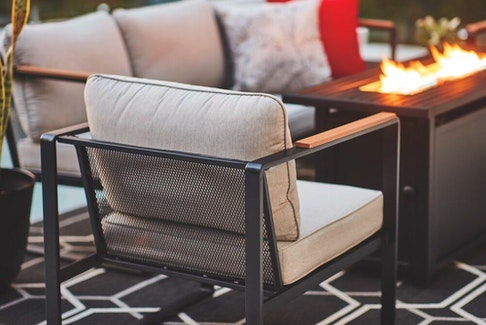 This summer's hottest outdoor look is a nod to mid-century modern.