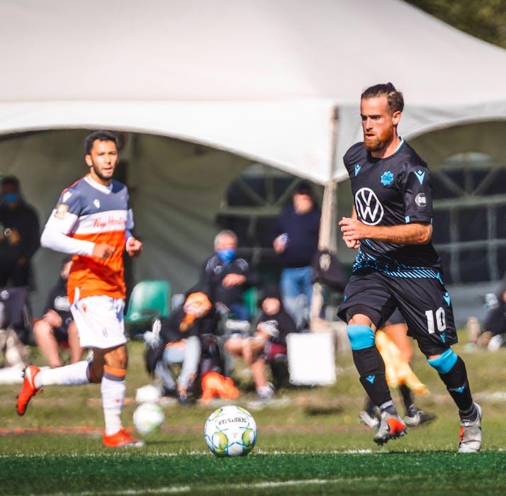 Alessandro Ricky fez sua estréia na Premier League canadense com o HFX Wanderers nos Summer Island Games no verão passado.  Os Wanderers estão em quinto lugar na tabela da CBL, quatro pontos atrás do United nos playoffs finais.  - HFX Wanderers